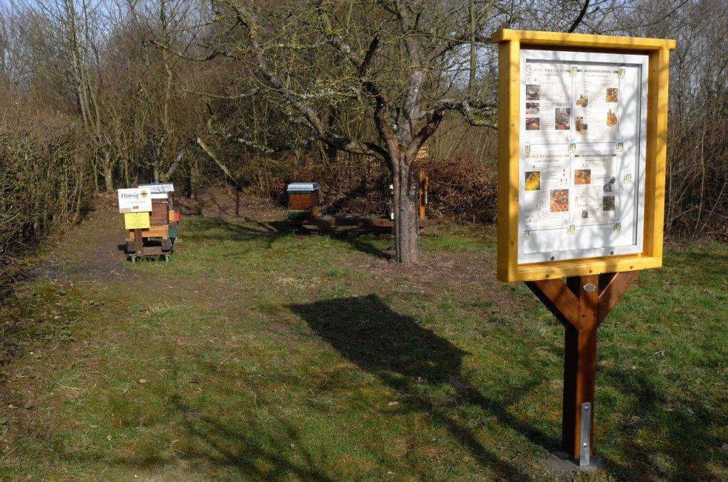 Info-Tafel am Bienenstand LBV